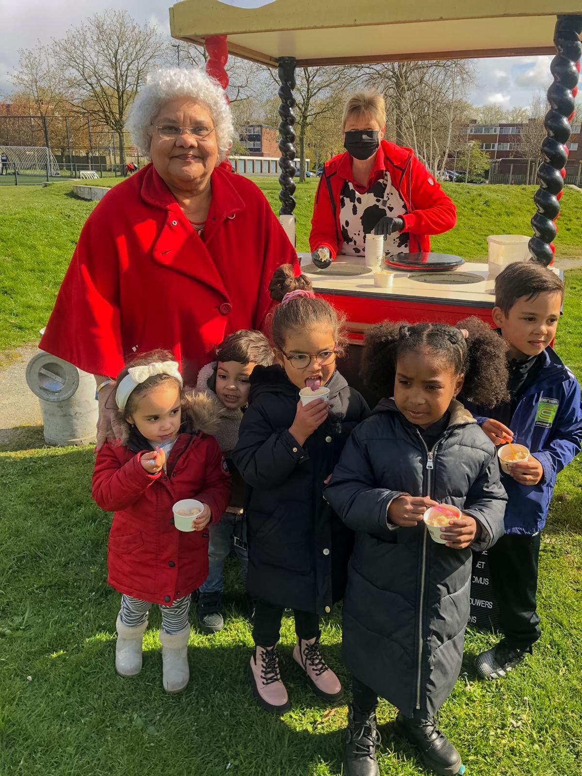 Foto Officiele onthulling MILA mila met kinderen